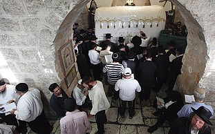120 visitors at Rachels Tomb